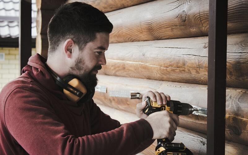 un homme construisant une cuisine extérieure